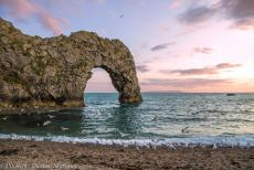 IMM 2019 Bristol - Classic Car Road Trip: Durdle Door is one of the most iconic landmarks of the Jurassic Coast in Dorset. The natural limestone arch is situated...