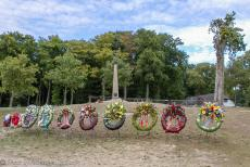 75 years after the Battle of Arnhem - Classic Car Road Trip: Memorial wreaths in front of the Airborne Memorial on Ginkel Heath. The Battle of Arnhem took place in September...